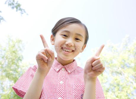 元気良く笑う女の子の写真素材 [FYI02457095]