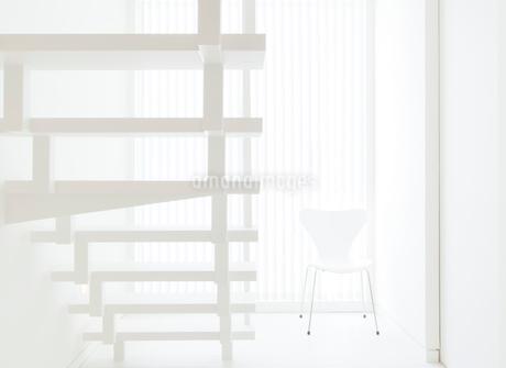 白い階段と椅子の写真素材 [FYI02457098]
