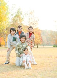 紅葉と小学生の女の子3人と男の子2人の写真素材 [FYI02457103]