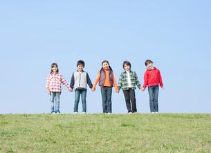 手をつなぐ小学生の男の子2人と女の子3人の写真素材 [FYI02457117]
