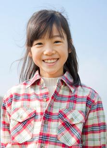 小学生の女の子のポートレートの写真素材 [FYI02457150]