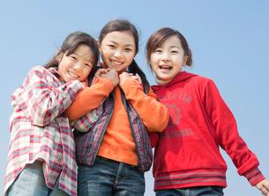 仲の良い小学生の女の子3人の写真素材 [FYI02457167]