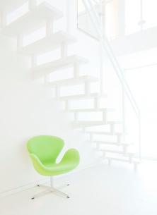 白い階段と椅子の写真素材 [FYI02457170]