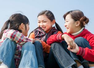 会話を楽しむ小学生の女の子3人の写真素材 [FYI02457177]