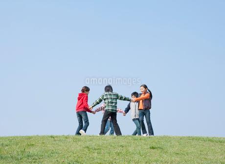 輪になって回る小学生の写真素材 [FYI02457209]