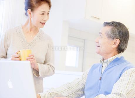 パソコンを楽しむ60代の夫婦の写真素材 [FYI02457237]