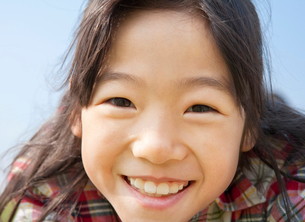 小学生の女の子のポートレートの写真素材 [FYI02457249]