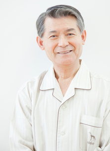 パジャマ姿のシニア男性のポートレートの写真素材 [FYI02457275]