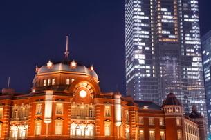 東京駅と高層ビルの夜景の写真素材 [FYI02457290]