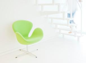 白い階段と椅子の写真素材 [FYI02457295]