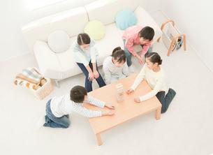 ブロックで遊ぶ小学生 俯瞰の写真素材 [FYI02457369]