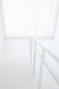 上から見下ろした白い階段の写真素材 [FYI02457410]