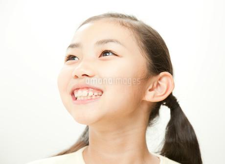 小学生の女の子のポートレートの写真素材 [FYI02457434]