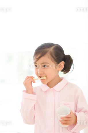 歯磨きをする女の子の写真素材 [FYI02457441]