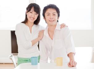 新婚夫婦のポートレート ダイニングキッチンの写真素材 [FYI02457460]