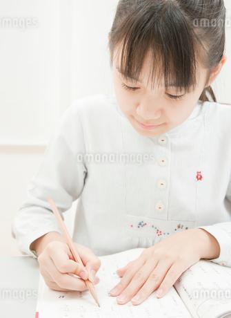 勉強をする小学生の女の子の写真素材 [FYI02457475]