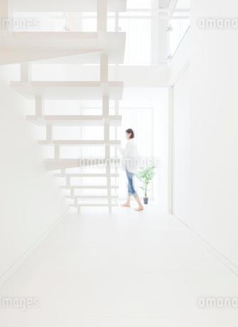 白い階段と女性の写真素材 [FYI02457514]