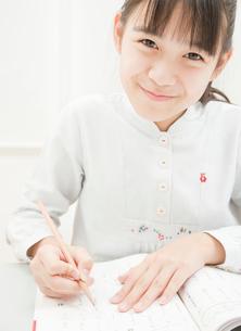 勉強をする小学生の女の子の写真素材 [FYI02457519]