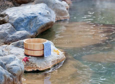 秋の露天風呂の温泉イメージの写真素材 [FYI02457558]
