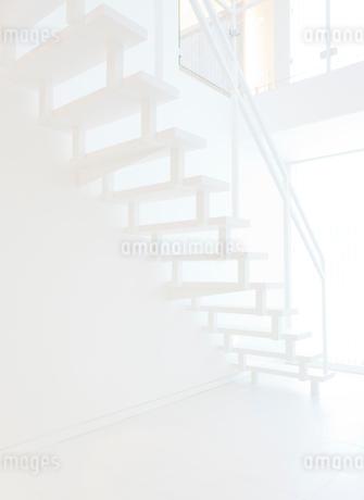 白い階段の写真素材 [FYI02457597]