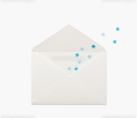 封筒の中から出る雪の結晶の写真素材 [FYI02457607]