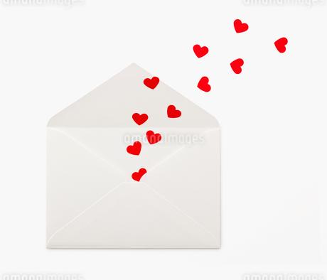 封筒の中から出るハートの写真素材 [FYI02457608]
