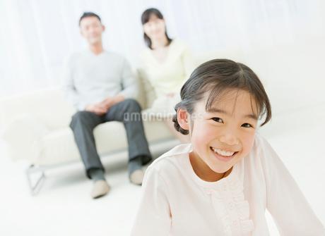 リビングでくつろぐ家族の写真素材 [FYI02457624]
