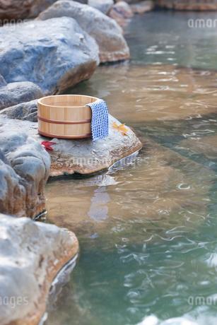 秋の露天風呂の温泉イメージの写真素材 [FYI02457633]