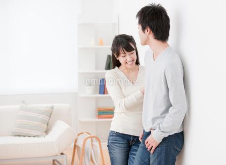 談笑する新婚夫婦 リビングの写真素材 [FYI02457643]