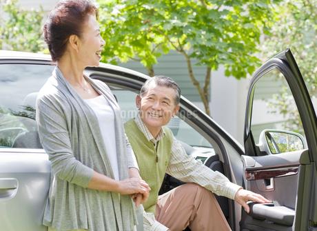緑の中のシニア夫婦と車の写真素材 [FYI02457665]