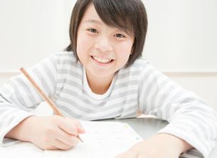 勉強をする小学生の男の子の写真素材 [FYI02457672]