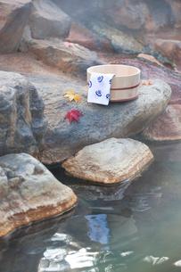 秋の露天風呂の温泉イメージの写真素材 [FYI02457718]