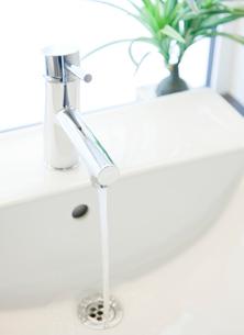 水が出ている洗面台の写真素材 [FYI02457744]