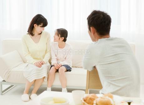 リビングでくつろぐ家族の写真素材 [FYI02457759]