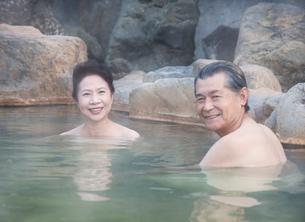 露天風呂に入る60代の夫婦の写真素材 [FYI02457766]