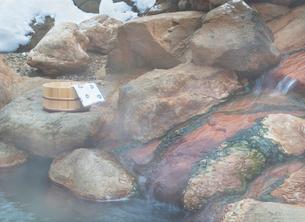 桶と手ぬぐい 雪の温泉イメージの写真素材 [FYI02457897]