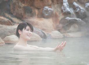 露天風呂に入る20代女性の写真素材 [FYI02457991]