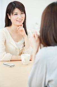 会話を楽しむ2人の20代女性の写真素材 [FYI02458033]