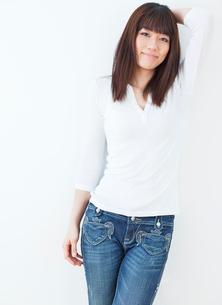 20代女性のポートレート/白バックの写真素材 [FYI02458137]