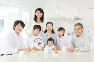 リビングでの三世代家族のポートレートの写真素材 [FYI02458168]