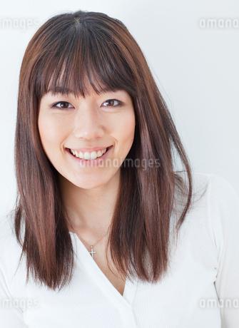 20代女性のポートレート/白バックの写真素材 [FYI02458290]