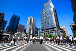 東京駅 朝の通勤風景の写真素材 [FYI02459555]