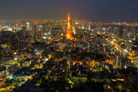 東京タワーとビル群の夜景の写真素材 [FYI02459875]