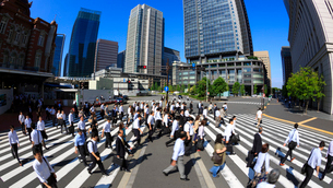 東京駅 朝の通勤風景の写真素材 [FYI02459928]