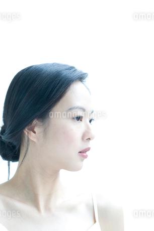 黒髪の女性の横顔の写真素材 [FYI02460211]