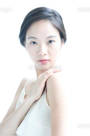 右手を左肩にのせた黒髪の女性 アップの写真素材 [FYI02460223]