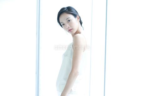 横向きの黒髪の女性の写真素材 [FYI02460232]
