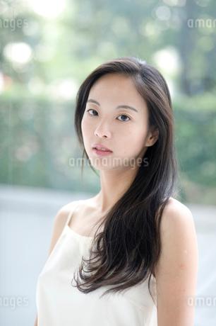 長い黒髪の女性 上半身の写真素材 [FYI02460241]