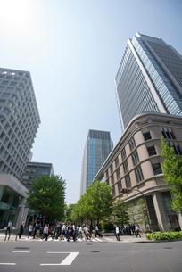 丸の内ビルと丸の内ビジネス街の写真素材 [FYI02460561]