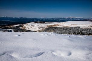 霧ヶ峰高原雪原と中央アルプス・御嶽山・乗鞍山脈方面の山並みの写真素材 [FYI02460959]